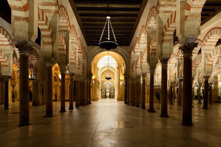 """La Alma de Córdoba"" visita nocturna Catedral, antigua Mezquita: Museos de estilo  de studio zigzag lighting design"