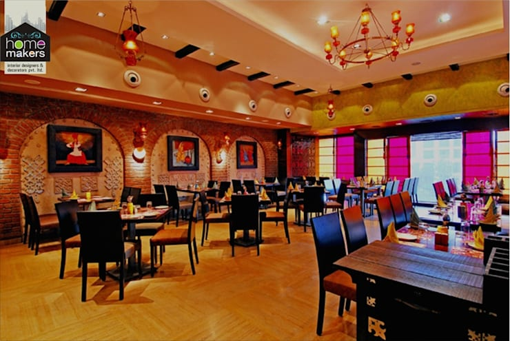 Restaurant:  Dining room by home makers interior designers & decorators pvt. ltd.