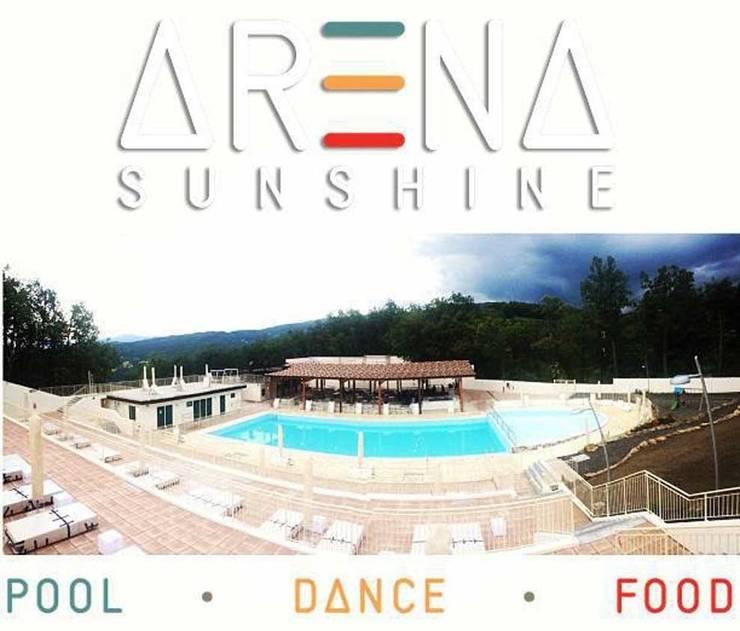 Arena Sunshine: Piscina in stile  di tecnam progetti, Moderno