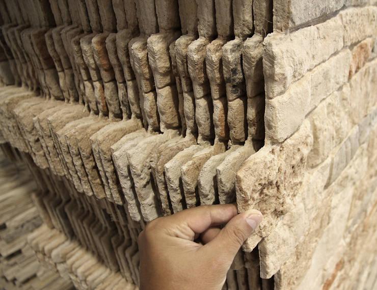 Particolare dei pannelli: Pareti & Pavimenti in stile  di Decor srl