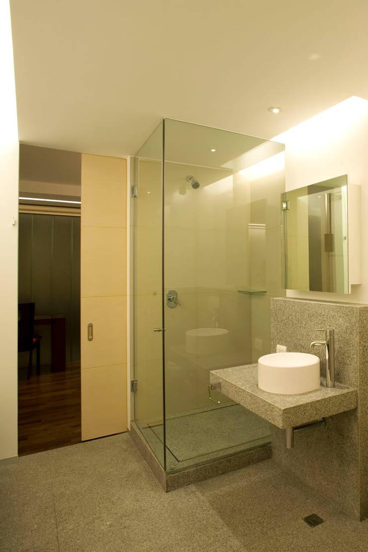 Masaryk 123: Baños de estilo  por Serrano Monjaraz Arquitectos