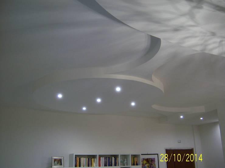 curve in cartongesso: Soggiorno in stile  di Calabrese & Iozzi Architetti Associati, Moderno