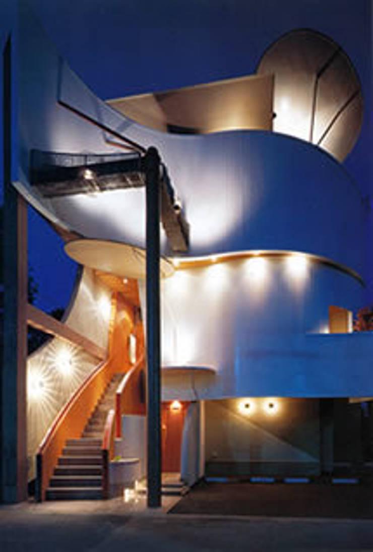 クラブすずらん+レストランぽてと+住宅: 歌一洋建築研究所が手掛けたオフィススペース&店です。