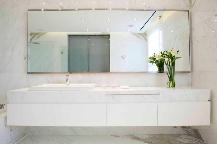 Baños de estilo moderno de LIVE IN