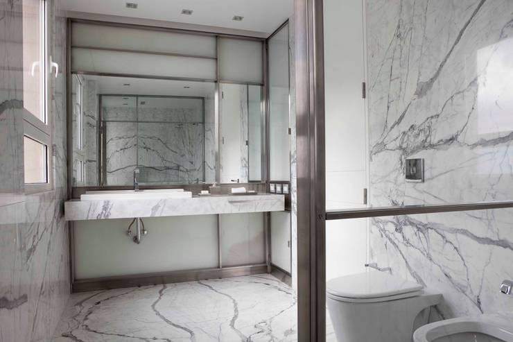 Baños by Brukman Chechik Arquitectos: Baños de estilo  por LIVE IN