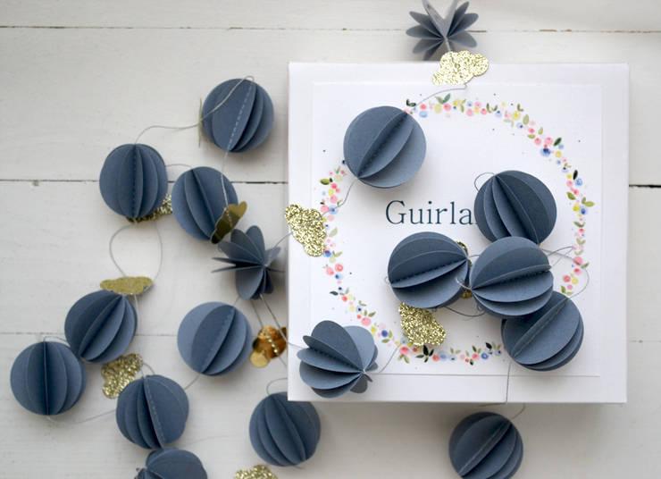 Guirlande sphères bleu-gris nuit: Chambre d'enfants de style  par Les pommettes du chat