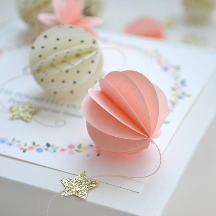 Guirlande sphères rose, pois et étoiles pailletées: Chambre d'enfants de style  par Les pommettes du chat