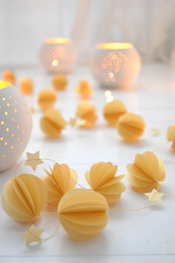 Guirlande sphères dorées: Chambre d'enfants de style  par Les pommettes du chat