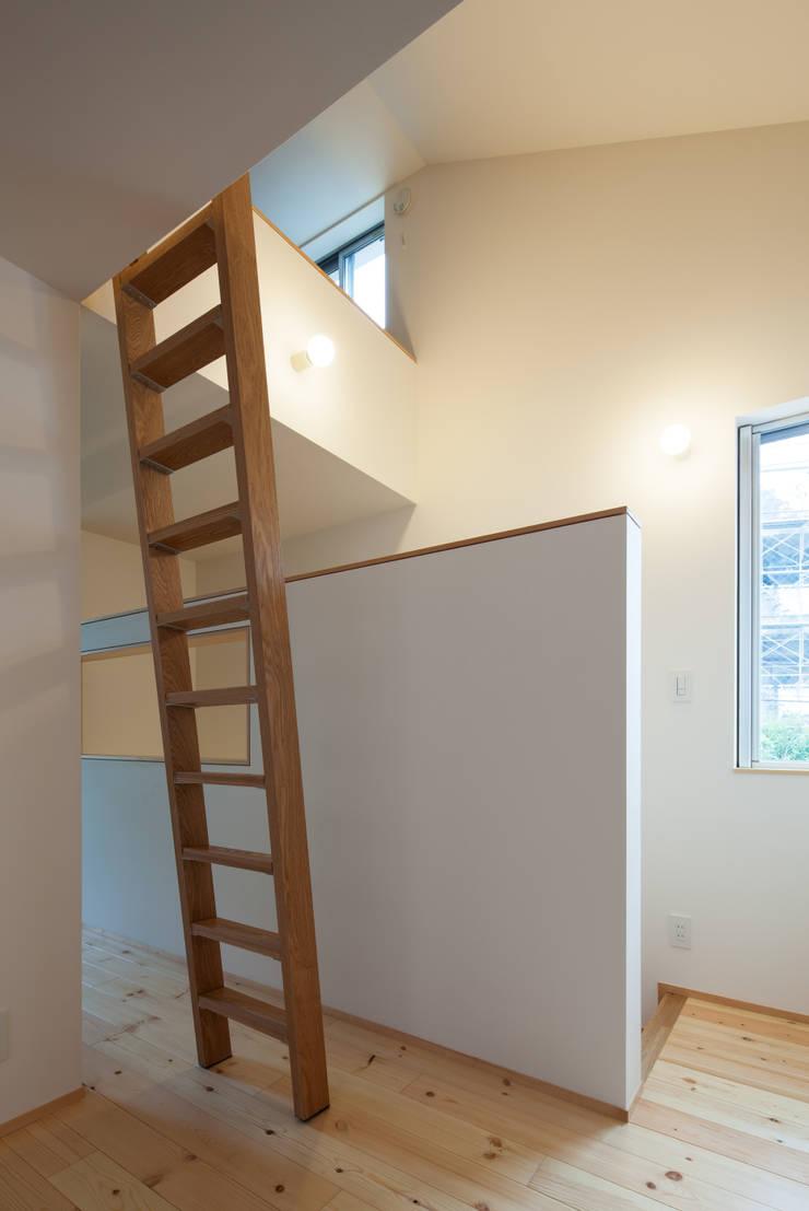 中野南台の家 The house of Nakano wooden fire-resistance: 荻原雅史建築設計事務所 / Masashi Ogihara Architect & Associatesが手掛けた廊下 & 玄関です。