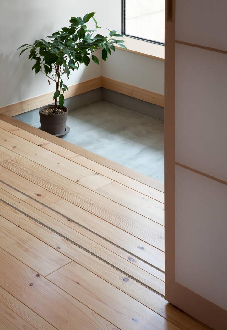 中野南台の家 The house of Nakano wooden fire-resistance: 荻原雅史建築設計事務所 / Masashi Ogihara Architect & Associatesが手掛けた壁です。