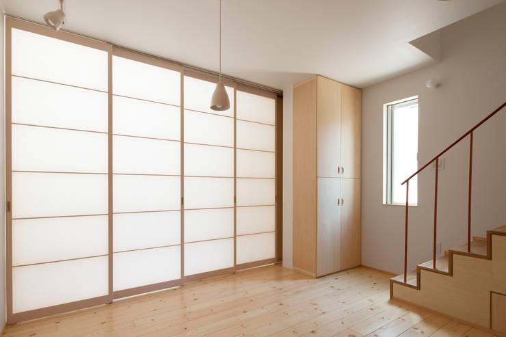 中野南台の家 The house of Nakano wooden fire-resistance: 荻原雅史建築設計事務所 / Masashi Ogihara Architect & Associatesが手掛けたリビングです。