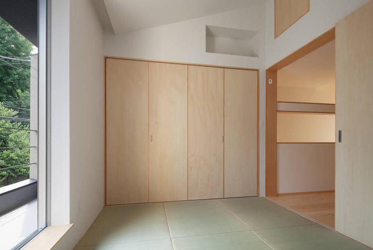 中野南台の家 The house of Nakano wooden fire-resistance: 荻原雅史建築設計事務所 / Masashi Ogihara Architect & Associatesが手掛けた寝室です。