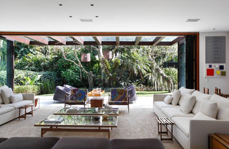Residência Tempo: Casas modernas por Gisele Taranto Arquitetura