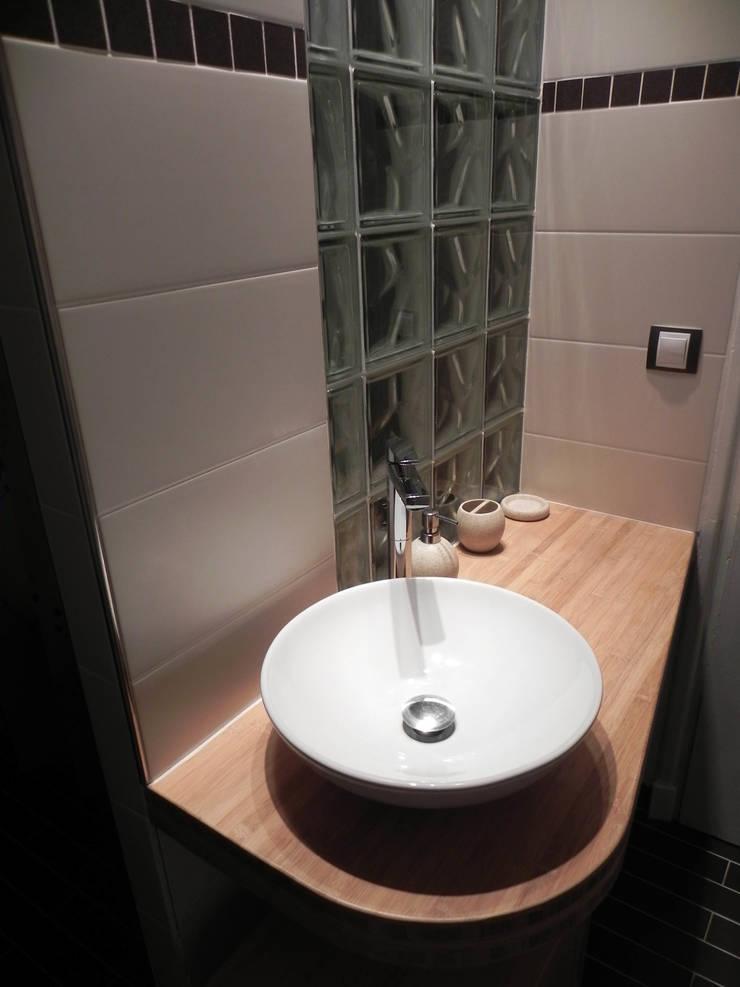 Rénovation d'une salle de bains: Salle de bains de style  par Contamin et Bioley architectes