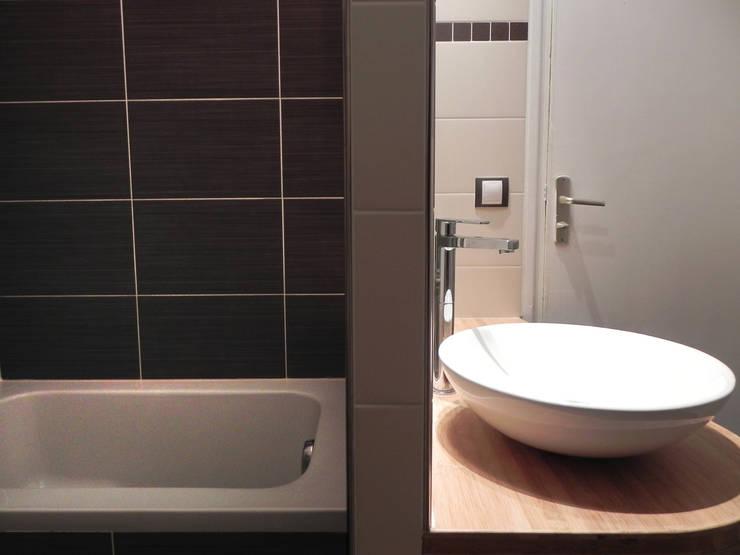 DEUX SOUS-ESPACES: Salle de bains de style  par Contamin et Bioley architectes