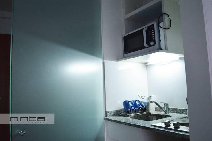 Cocina escondida en corredor, optimización del espacio reducido.: Cocinas de estilo minimalista por MINBAI