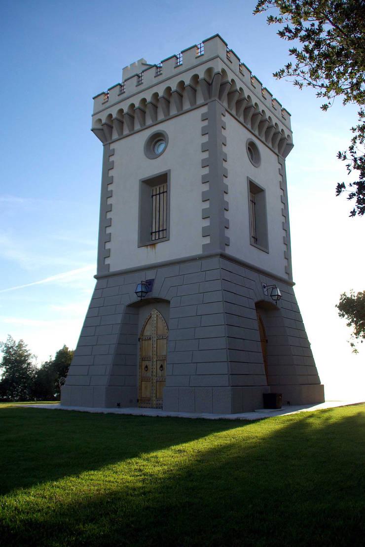 Torre Castellaccio: Casa in stile  di Archipiu+
