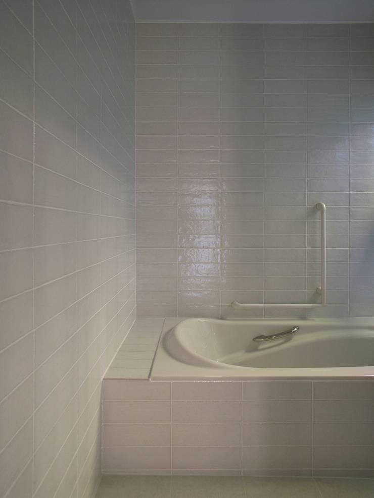 h13t: aoydesign 株式会社アオイデザインが手掛けた浴室です。,
