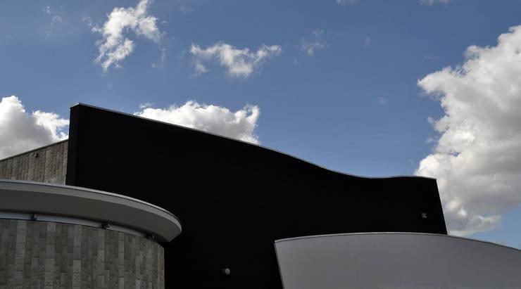 material joints – show-room arredamenti: Negozi & Locali Commerciali in stile  di pietro quatrini architetto