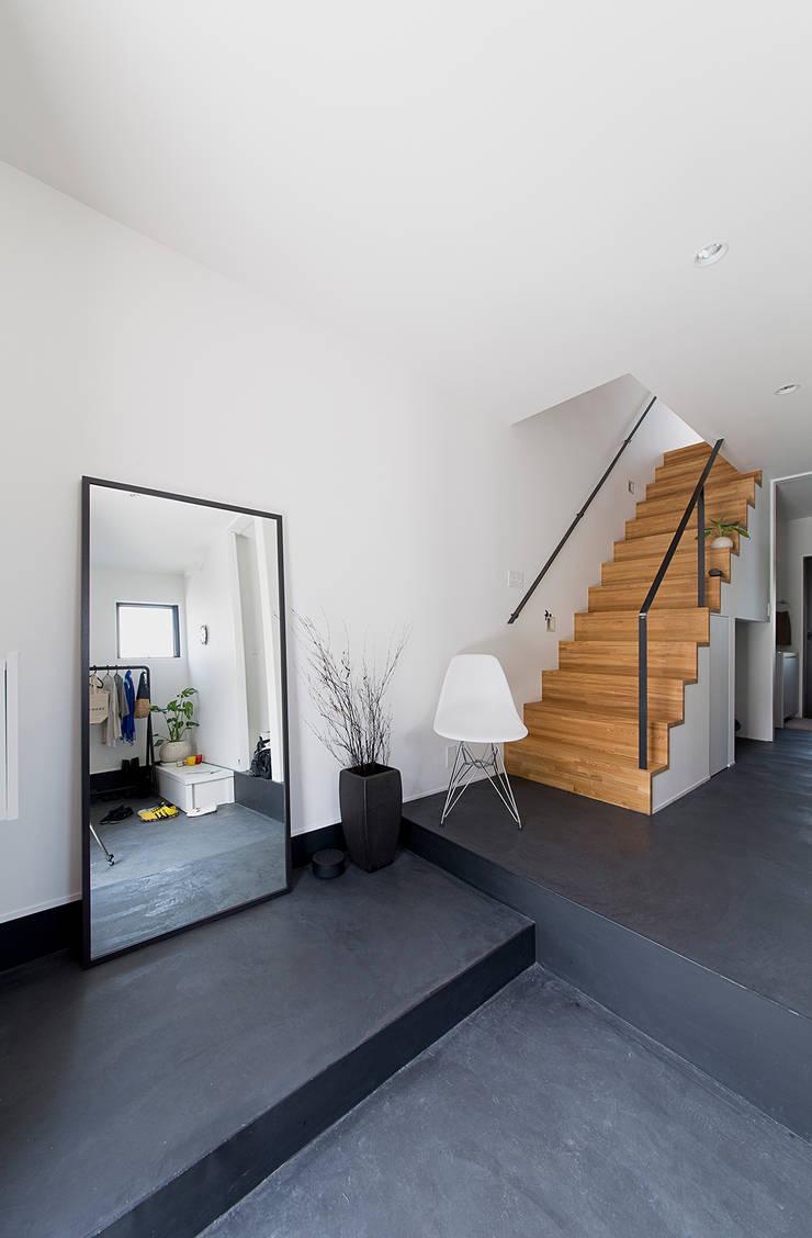 秘密基地のある家: ラブデザインホームズ/LOVE DESIGN HOMESが手掛けた廊下 & 玄関です。,