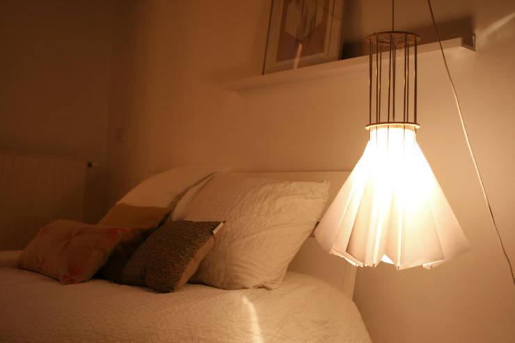 lampe en papier: Chambre de style  par Louise Malé-Mole