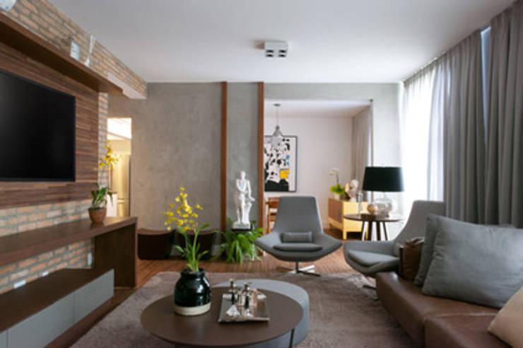 Amaury – São Paulo: Salas de estar  por TICIANA BADRA ARQUITETURA E INTERIORES
