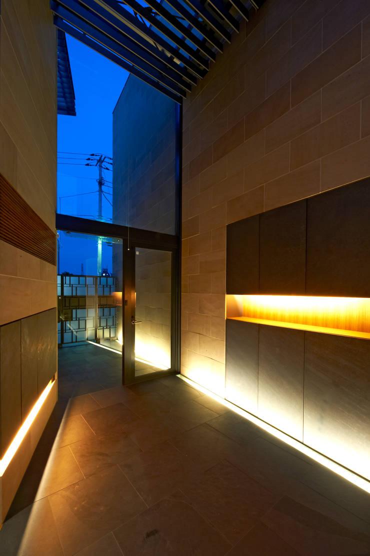 2世帯共用エントランスホール(夜景): 株式会社nSTUDIOが手掛けたです。