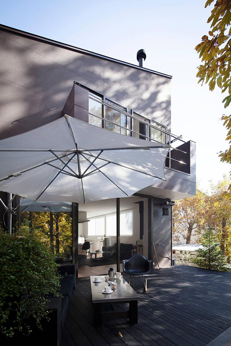 森の緑を楽しむみんなの集まる家: ラブデザインホームズ/LOVE DESIGN HOMESが手掛けた家です。