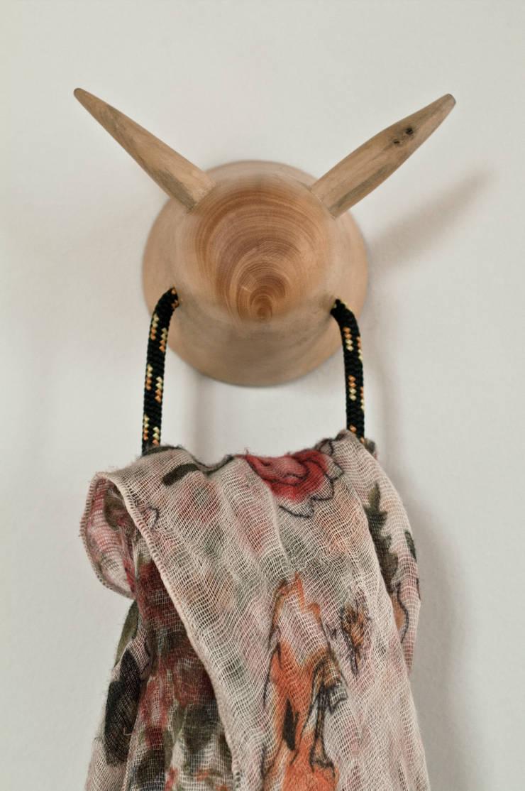 Les Pyrénéites: Maison de style  par Flora Rich
