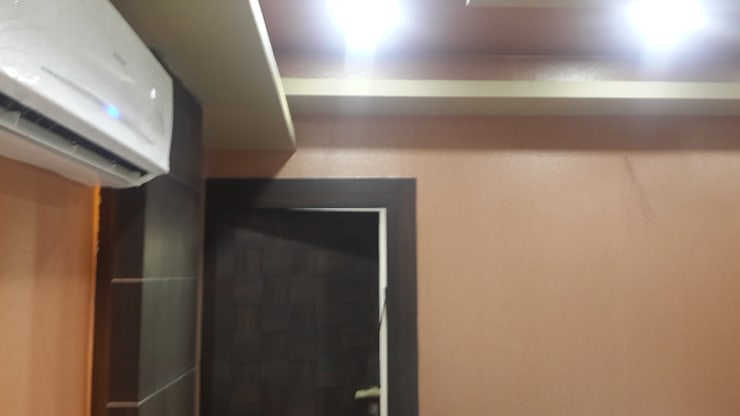 Flat Mr Singh:  Walls & flooring by Studio Interiors Infra Height Pvt Ltd