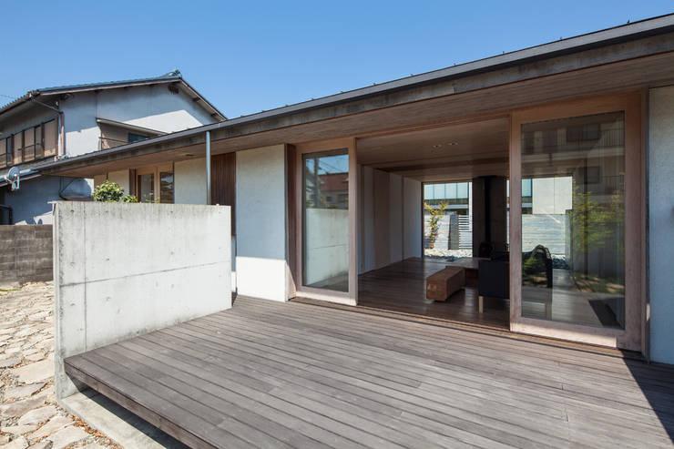 庭から居間を見たところ: 川添純一郎建築設計事務所が手掛けた家です。