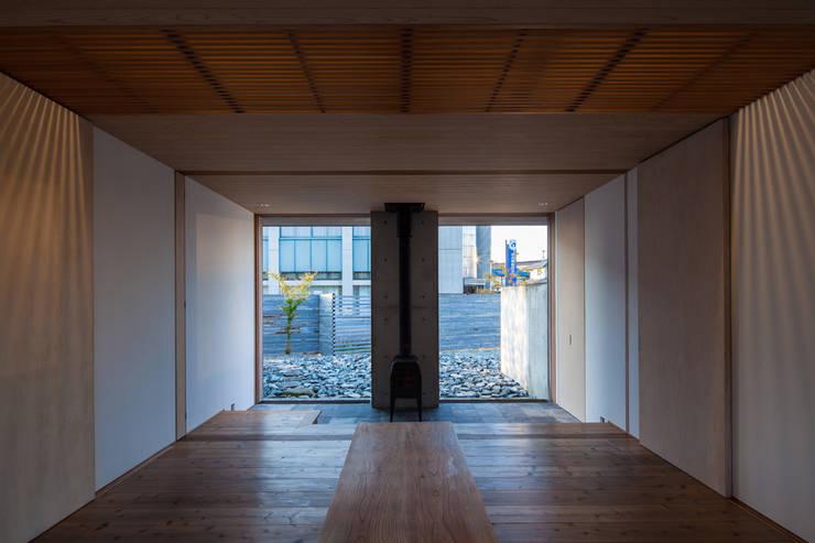 居間: 川添純一郎建築設計事務所が手掛けた家です。
