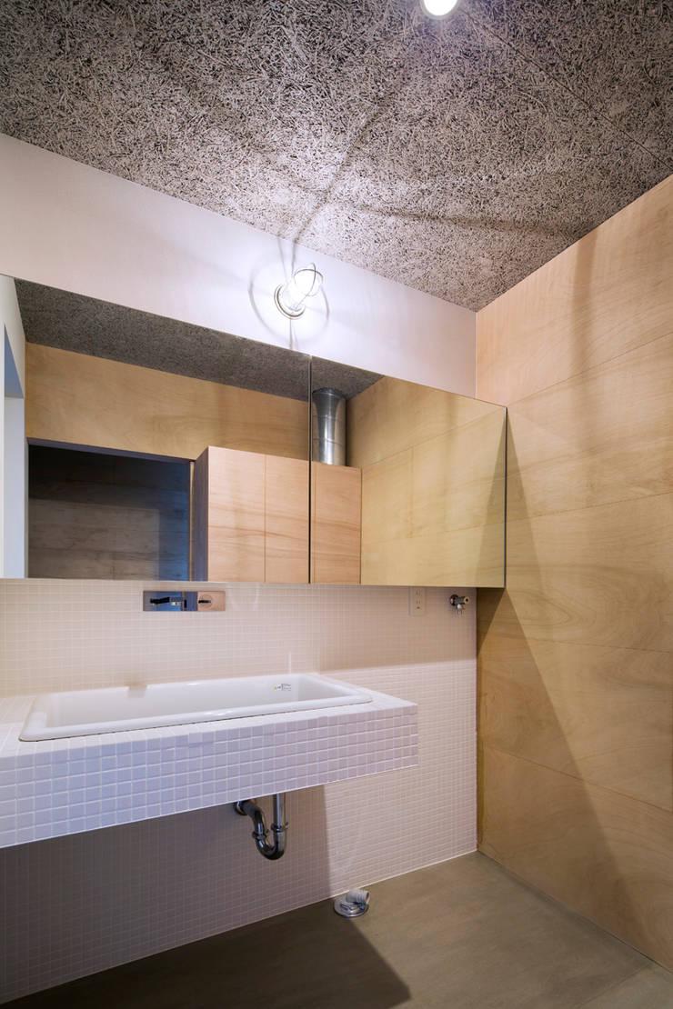 洗面脱衣室: 川添純一郎建築設計事務所が手掛けた浴室です。