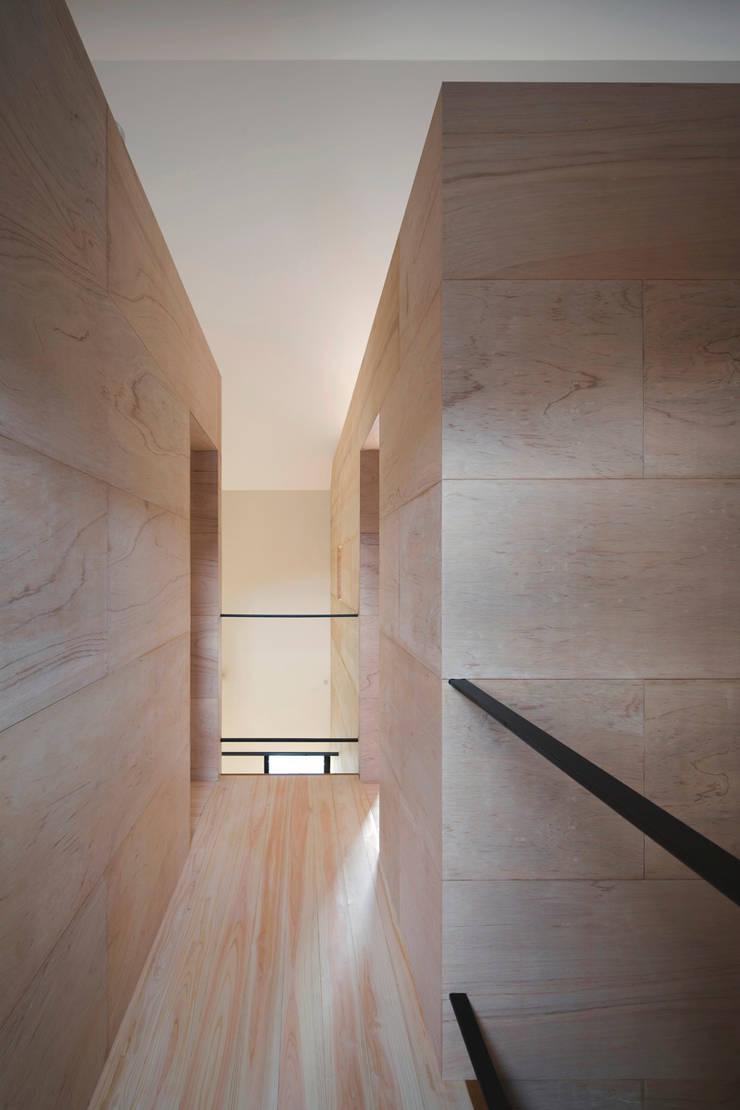 廊下: 川添純一郎建築設計事務所が手掛けた廊下 & 玄関です。,