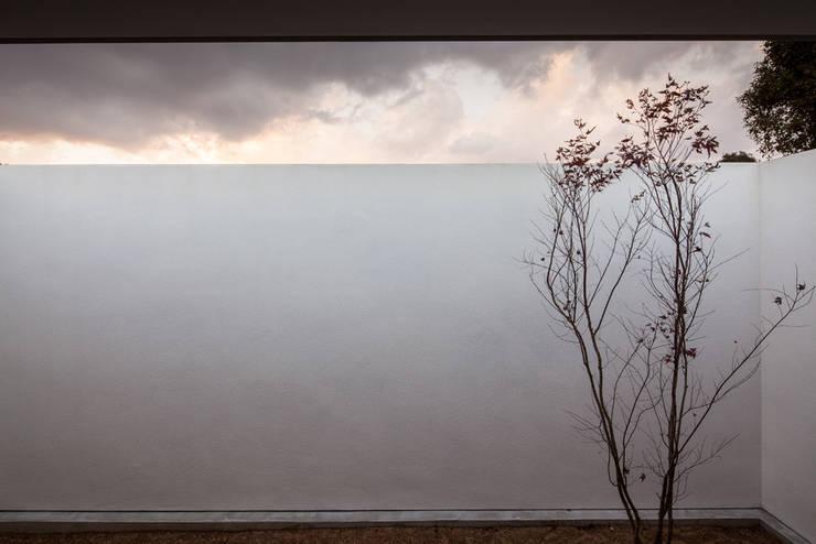 寝室の庭: 川添純一郎建築設計事務所が手掛けた家です。