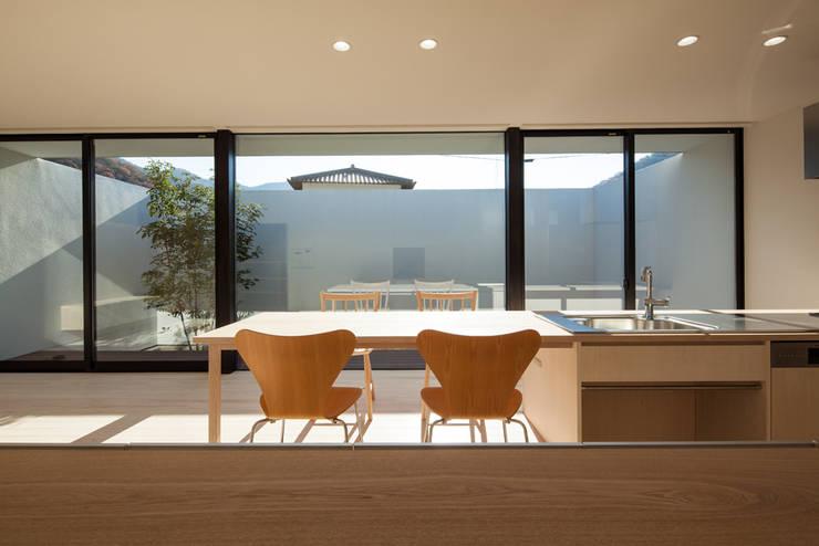 LDKと庭: 川添純一郎建築設計事務所が手掛けた家です。