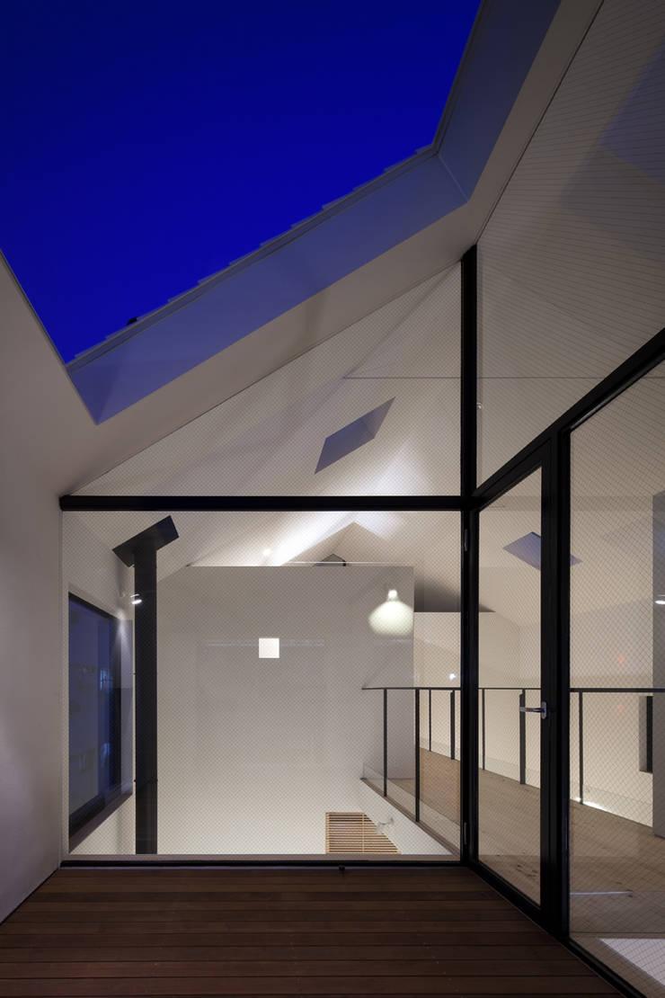 バルコニー夜景: 川添純一郎建築設計事務所が手掛けた病院です。