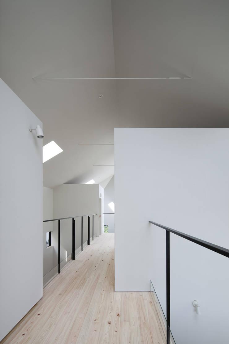 2階廊下: 川添純一郎建築設計事務所が手掛けた病院です。