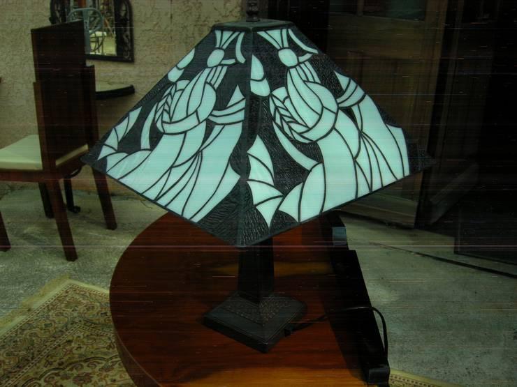 LAMPE DE TABLE ART DECO TIFFANY DENVER: Maison de style  par D'ART ET DECO