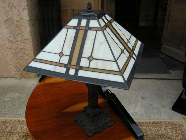 LAMPE DE TABLE ART DECO TIFFANY DETROIT: Maison de style  par D'ART ET DECO