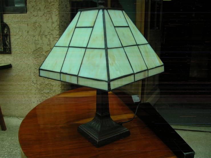 LAMPE DE TABLE ART DECO TIFFANY MENPHIS: Maison de style  par D'ART ET DECO