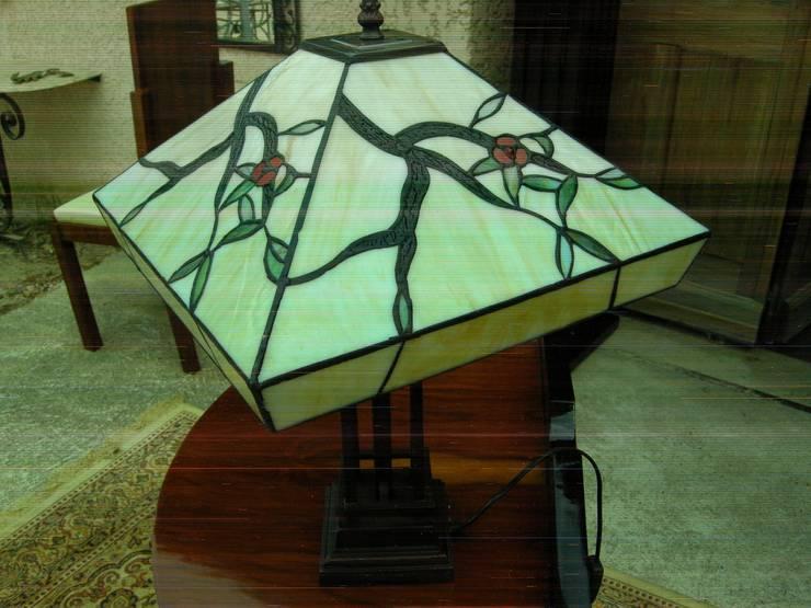 LAMPE DE TABLE ART DECO TIFFANY OSAKA: Maison de style  par D'ART ET DECO