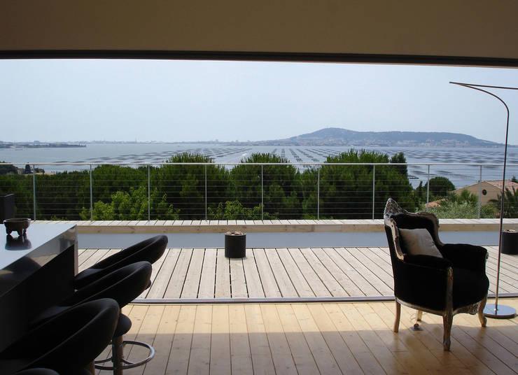 Vue sur l'étang de Thau et Sète: Terrasse de style  par Hamerman Rouby Architectes