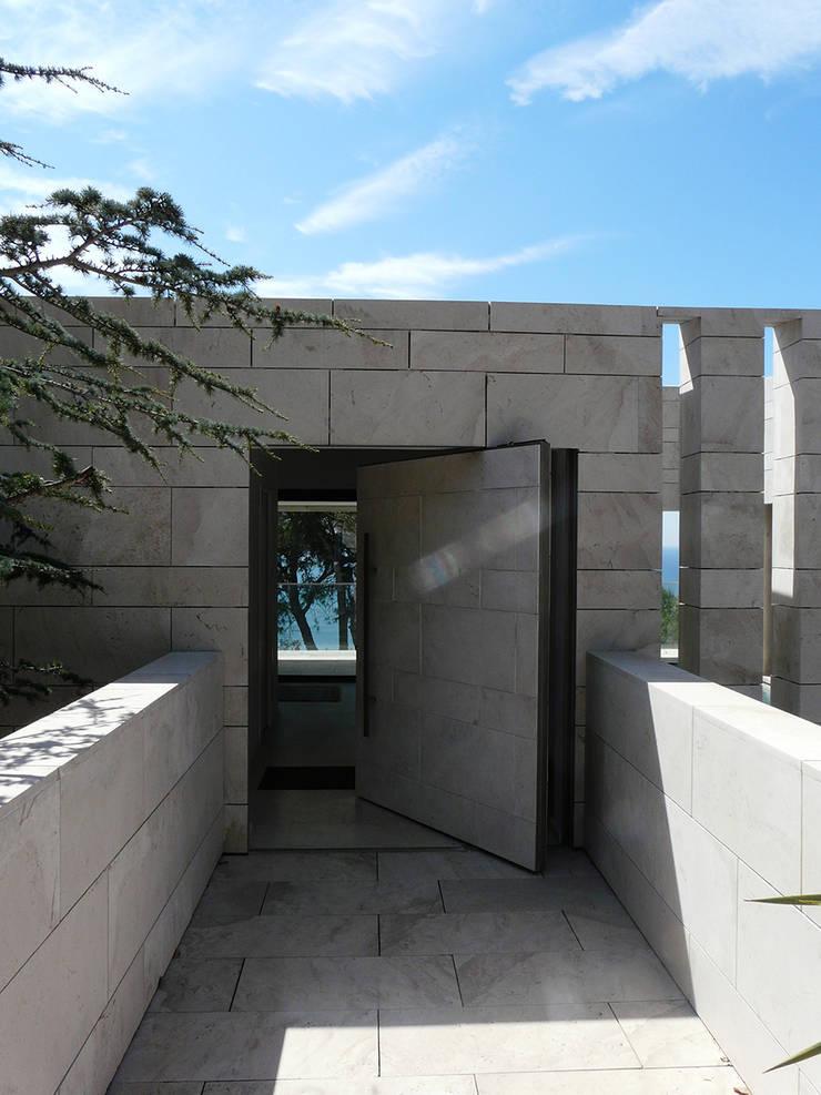 Porte d'entrée - ouverte: Couloir et hall d'entrée de style  par Hamerman Rouby Architectes