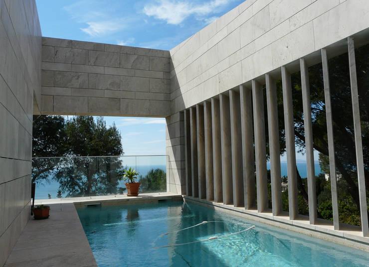 Piscine avec vue: Piscines  de style  par Hamerman Rouby Architectes
