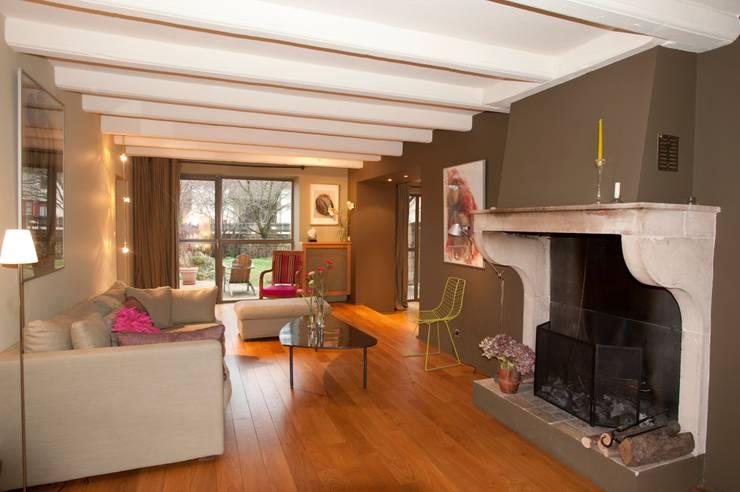La maison dans le jardin: Maisons de style  par Agence d'architecture intérieure Laurence Faure