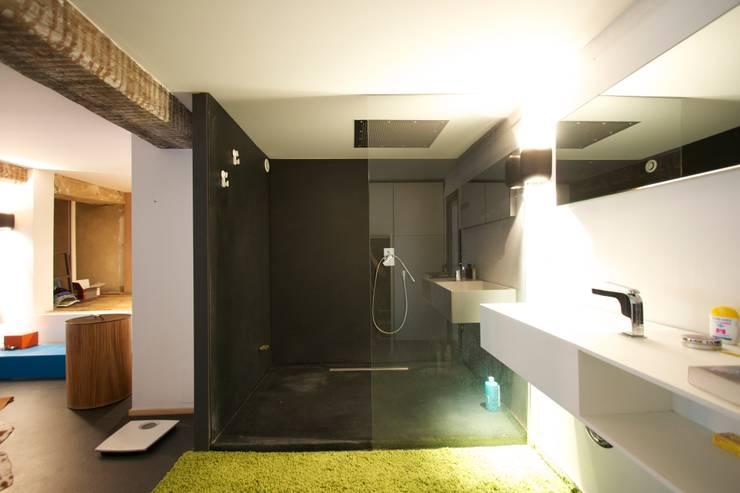 Loft france: Salle de bains de style  par New Home Agency