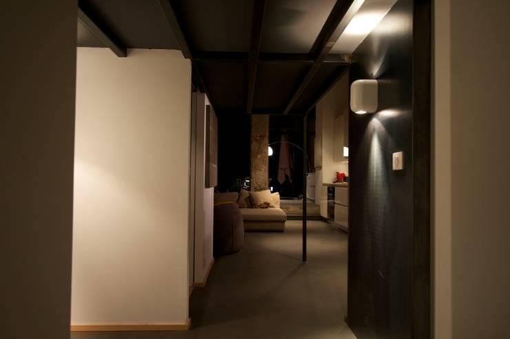 Loft france: Couloir et hall d'entrée de style  par New Home Agency