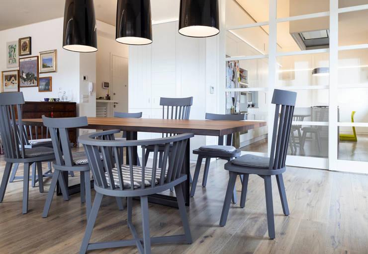 soggiorno: Sala da pranzo in stile in stile Eclettico di Plastudio