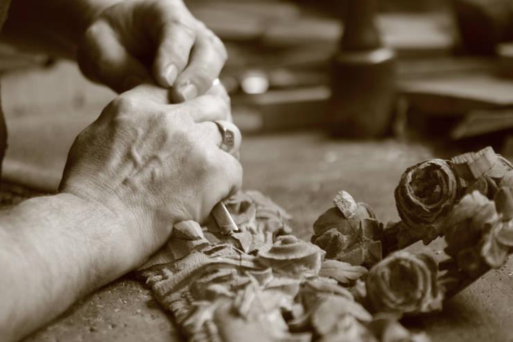 'mains' restauration boiserie par Dixneuf Sculpture 'Le Chant du Chêne'